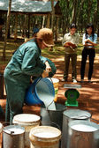 Worker weigh latex rubber at rubber plantation — Stock Photo