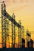 Red eléctrica en subestación en sunrise, vertical — Foto de Stock