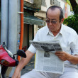 The old man reading newspaper — Stock Photo
