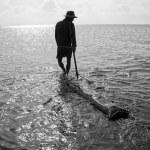 Fisherman working on beach — Stock Photo