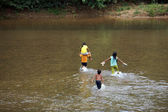 Children cross a stream — Stock Photo