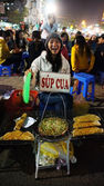 Funny of Vietnamese street food vendor at night outdoor market — Stock Photo