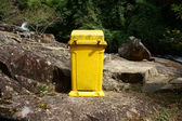 Dustbin to remind enviromental protection sense — Stock Photo