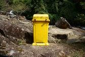 Dustbin to remind enviromental protection sense — Stock Photo