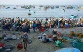 Crowed atmosphere at seafood market on beach — Stock Photo
