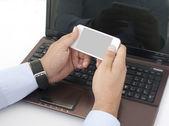 Praca na laptopie i inteligentny telefon — Zdjęcie stockowe