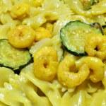 Pasta zucchine e gamberetti — Stock Photo