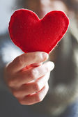 Rött hjärta i händer — Stockfoto