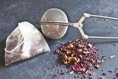Dried Tea and tea strainer — Foto Stock