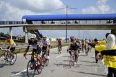 Kuantan, pahang-25 mart: bisikletçi grup 25 mart 2012 kuantan, pahang, malezya kuantan160 sırasında bir su al. kuantan şehir etrafında bir kar amacı gütmeyen, ırk 160 km bisiklete binmek kuantan160 olduğunu. — Stok fotoğraf