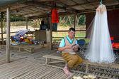 NANNING - MAY 3: Life in a fishing village, fishermen repair net — 图库照片
