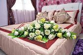 在现代室内空间中的双床 — 图库照片