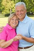 Personas mayores posando con las manos — Foto de Stock