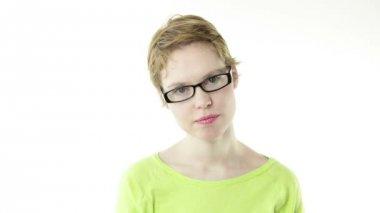 девушка в очках показывает себя трахнуть — Стоковое видео