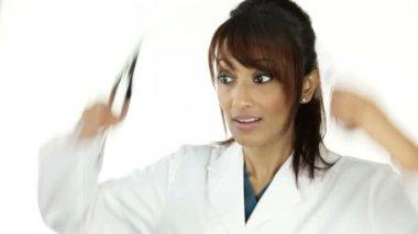 Sjuksköterska vifta med en hand — Stockvideo
