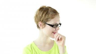 Tjej med glasögon suger ett finger — Stockvideo
