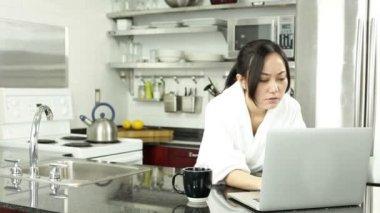 Bella donna asiatica in cucina — Video Stock