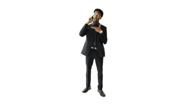 Empresario africano hablando por teléfono móvil — Vídeo de stock