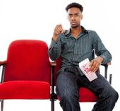 привлекательный афроамериканских мужчина позирует в студии — Стоковое фото