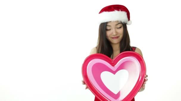 Jolie fille asiatique de santa avec coeur rose — Vidéo