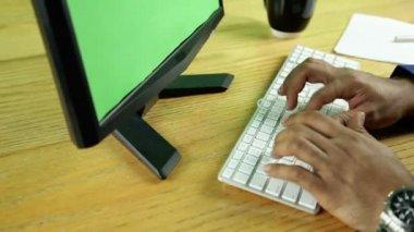 コンピューターの前にビジネスの男性 — ストックビデオ