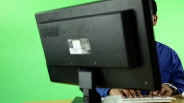 Homem de negócios na frente de um computador — Vídeo stock