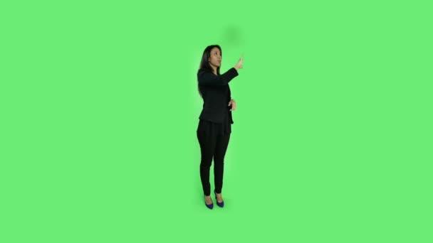 Mujer de negocios Senior con ordenador virtual — Vídeo de stock