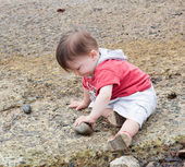 Niño jugando en la playa — Foto de Stock