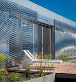 Building with metallic grid — Foto de Stock