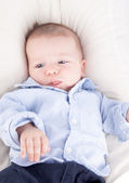 Dítě ležící v posteli — Stock fotografie