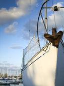 Bir limanda palamarla yelkenli — Stok fotoğraf