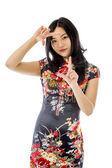 Mujer mirando a través del marco de los dedos — Foto de Stock
