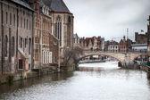 Arch bridge across a river — Stock Photo