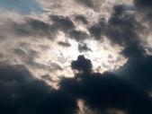 Rayons de soleil à travers les nuages — Photo