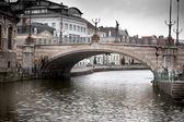 Obloukový most přes řeku — Stock fotografie