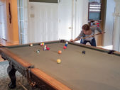 Mulher jogando sinuca — Fotografia Stock