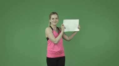 Sporty girl smiling with blank sign — Stock Video