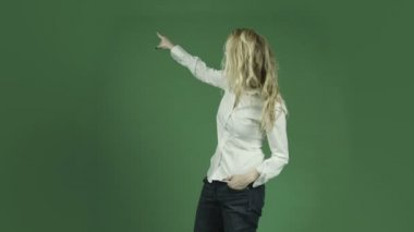 Blonde woman pointing — Stock Video
