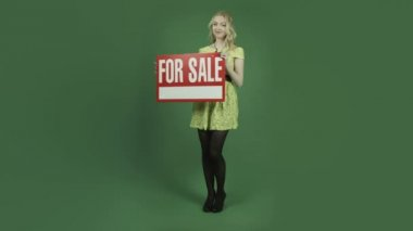 Woman holding for sale sign — Stock Video