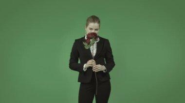 Zakelijke meisje romantiek met roos — Stockvideo