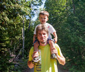 Man carrying his son on his shoulders — Stock Photo