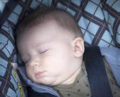 Pojken sover i en barnvagn — Stockfoto
