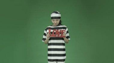 Aziatische vrouw gevangene romantiek liefde — Stockvideo
