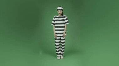 Woman prisoner with a secret — Stock Video