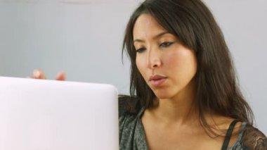 žena pomocí přenosného počítače — Stock video