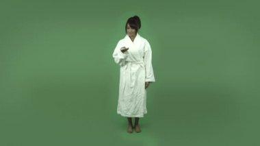 Indian woman in bathrobe — Stock Video