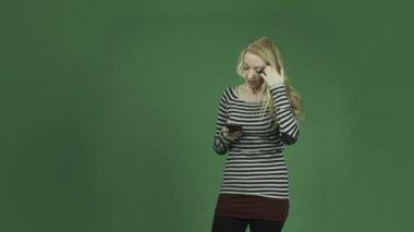 Mujer celular alterada e-mails — Vídeo de Stock