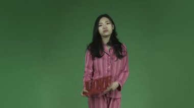 Asian woman in pajamas in love — Stock Video