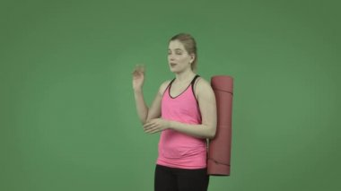 Sporty girl talking and pointing — Vídeo de Stock
