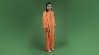 Woman prisoner screaming scared — Stock Video
